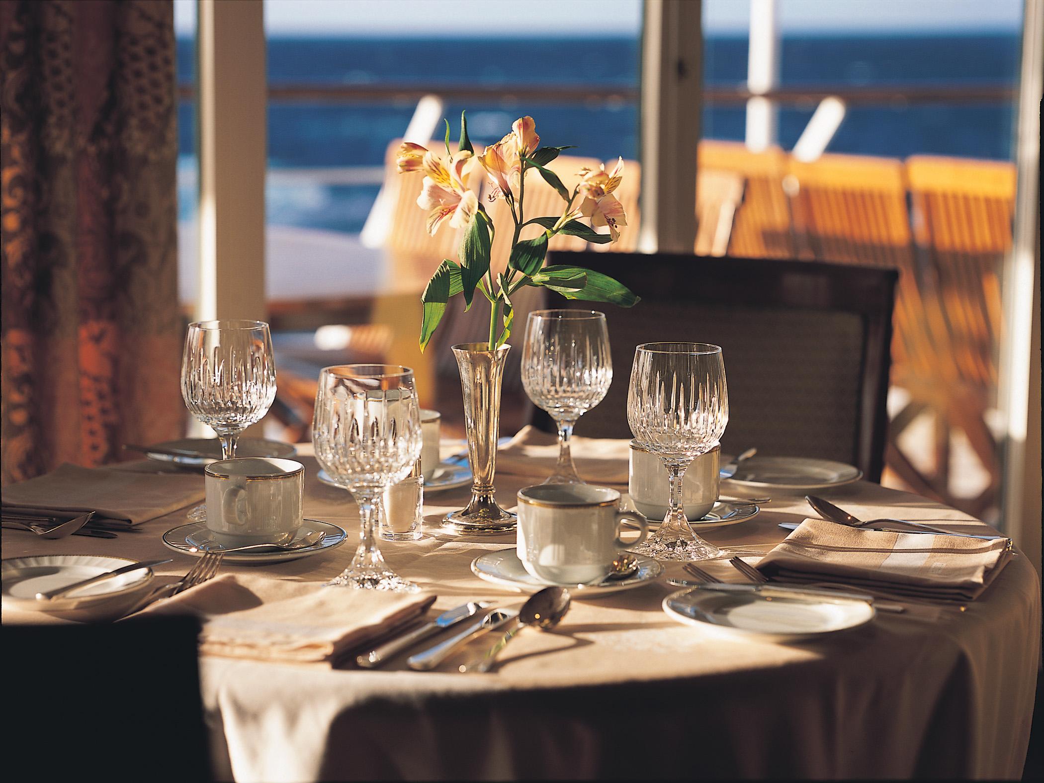сервированный стол в ресторане